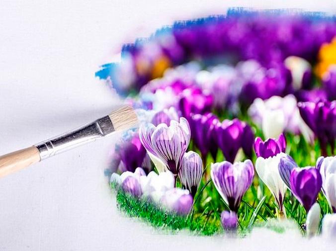 El césped artificial y las flores